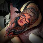 tatuaż indianka na udzie