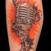 muzyczny tatuaż mokrofon