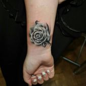 róża na nadgarstku