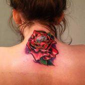 tatuaż róża na szyi