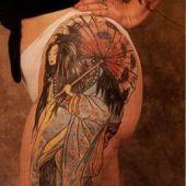 tatuaż geisha na udzie