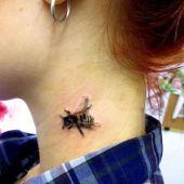 tatuaż pszczoła 3d na szyi