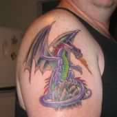 fioletowy smok na ramieniu