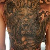tatuaż smoka na całe plecy