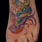 tatuaż kolorowe ptaszki na stopie