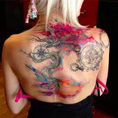 kolorowy tatuaż na plecach
