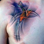 tatuaż kolibra na piersi