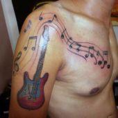 tatuaż muzyczny na ramie i pierś