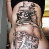 tatuaż statek piracki na boku