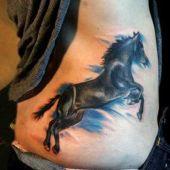 tatuaż konia na boku