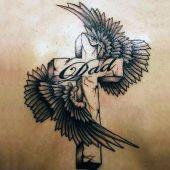 tatuaż krzyż i skrzydła