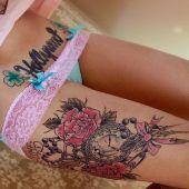 tatuaż na udzie zegarek i róże