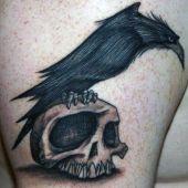 tatuaż kruk na czaszce