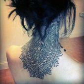 niesamowity tatuaż na szyi