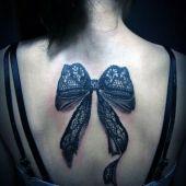 tatuaż kokarda 3d na plecach