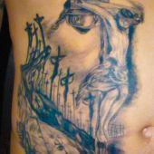tatuaż ukrzyżowany Chrystus na brzuchu