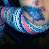 tatuaż motyla na biodrze