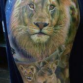 tatuaż lwy na ramieniu