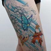 kobiecy tatuaż na udzie