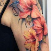 tatuaż kwiaty i ważki