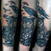 tatuaż kruka na przedramieniu