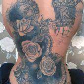 tatuaże dla dziewczyn róże na boku