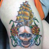 tatuaże na udzie czaszka i statek
