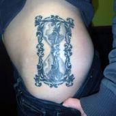 tatuaż klepsydra na biodrze