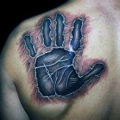 tatuaże 3d dłoń na łopatce
