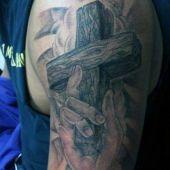 tatuaże męskie krzyż na ramie