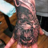 tatuaże na dłoni lew