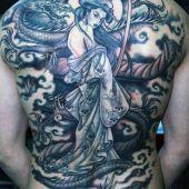 tatuaże na plecach geisha i smok