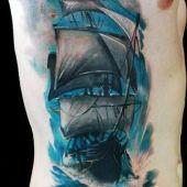 tatuaż żaglowca na boku