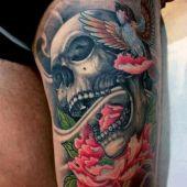 tatuaże na udzie czaszka i kwiaty