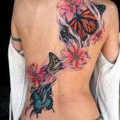 tatuaże damskie kwiaty i motyle