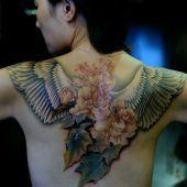 tatuaże damskie skrzydła i kwiaty