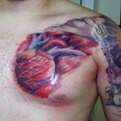 tatuaże 3d serce na piersi