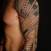męski tatuaż na ramie