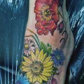 tatuaże damskie piękne kwiaty na stopie