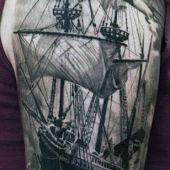 tatuaże męskie statek na ramieniu