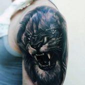 tatuaże męskie lew na ramieniu
