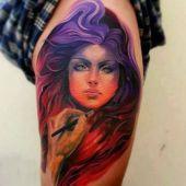 tatuaże artystyczne kobieta na udzie