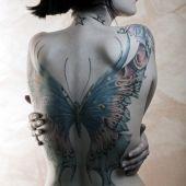 tatuaże damskie piękny duży motyl