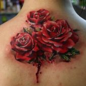 tatuaże damskie róże na plecach