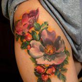 tatuaże damskie na udzie piękne kwiaty