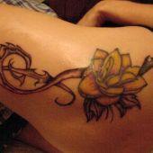 tatuaże damskie na udzie róża