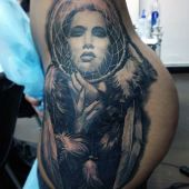 tatuaże dreamcatcher na biodrze