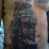 tatuaże męskie żaglowiec na brzuchu