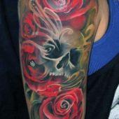 tatuaże na ramie czaszka i kwiaty