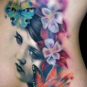 tatuaż kobiety z kwiatami